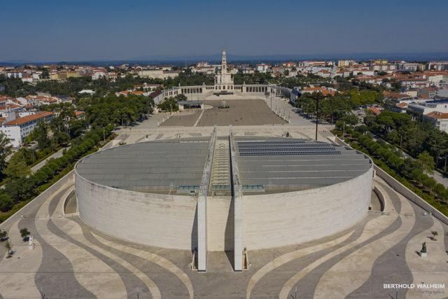 Portugal; Fatima mit alter und neuer Kirche
