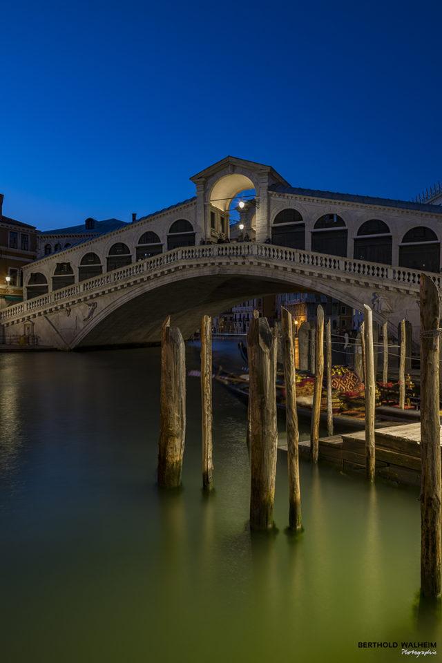 Venedig; Rialtobrücke zur blauen Stunde