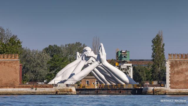 """Venedig; """"Hände"""" eine Skulptur des Künstlers Lorenzo Quinn (Sohn von Anthony Quinn)"""
