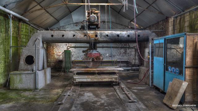 Zuschnittsäge in der verlassenen Glasfabrik