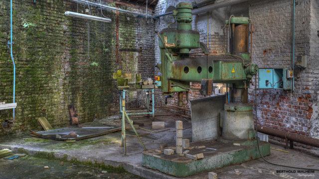 Bohrmaschine in einer verlassenen Glasfabrik