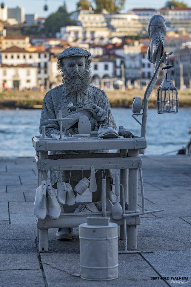 Portugal-Porto; Lebende Skulptur-der Schuhmacher
