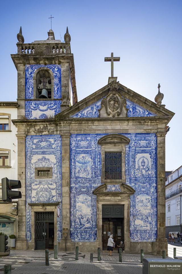 Portugal; Porto: Capela das Almas, eine mit 15.947 bemalten Kacheln verzierte Kirche