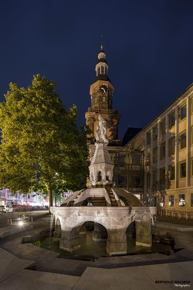 Siegfriedsbrunnen mit Dreifaltigkeitskirche