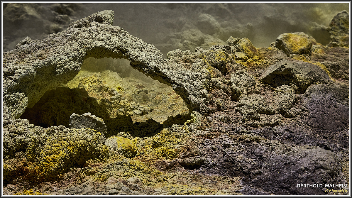 Fumarolen im großen Krater, Vulcano – Italien